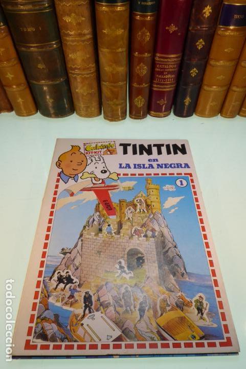 INTERESANTE KIT DE TINTIN CON TRANSFERIBLES Y ESCENARIO. TINTIN EN LA ISLA NEGRA. 1982. (Coleccionismo - Otros recortables)