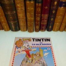 Coleccionismo Recortables: INTERESANTE KIT DE TINTIN CON TRANSFERIBLES Y ESCENARIO. TINTIN EN LA ISLA NEGRA. 1982.. Lote 162632806