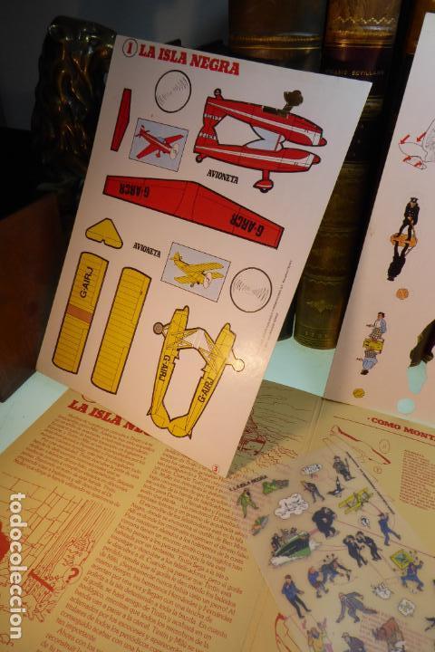 Coleccionismo Recortables: Interesante Kit de Tintin con transferibles y escenario. Tintin en la isla negra. 1982. - Foto 3 - 162632806