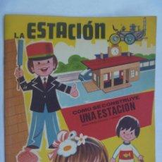 Coleccionismo Recortables: ALBUM DE RECORTABLE PINTA , RECORTA Y JUEGA : LA ESTACION .. EDICIONES HYMSA , BARCELONA.. TRENES. Lote 104342527