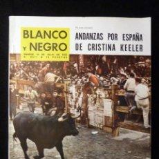 Coleccionismo de Revista Blanco y Negro: REVISTA BLANCO Y NEGRO. Nº 2671, 1963. PAMPLONA EN FIESTAS, CICLISMO BAHAMONTES, CRISTINA KEELER EN . Lote 144137854