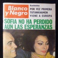 Coleccionismo de Revista Blanco y Negro: REVISTA BLANCO Y NEGRO. Nº 2856, 1967. SOFIA LOREN, FUTBOL EL MANZANARES, HONG KONG. Lote 144141846