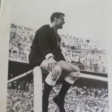 Coleccionismo de Revista Blanco y Negro: 1954 QUIQUE, PORTERO DEL VCF SUBIDO EN EL LARGUERO . Lote 171148123