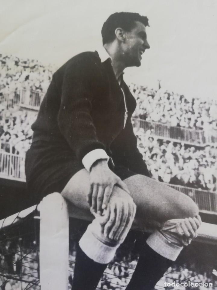 Coleccionismo de Revista Blanco y Negro: 1954 Quique, portero del VCF subido en el larguero - Foto 2 - 171148123