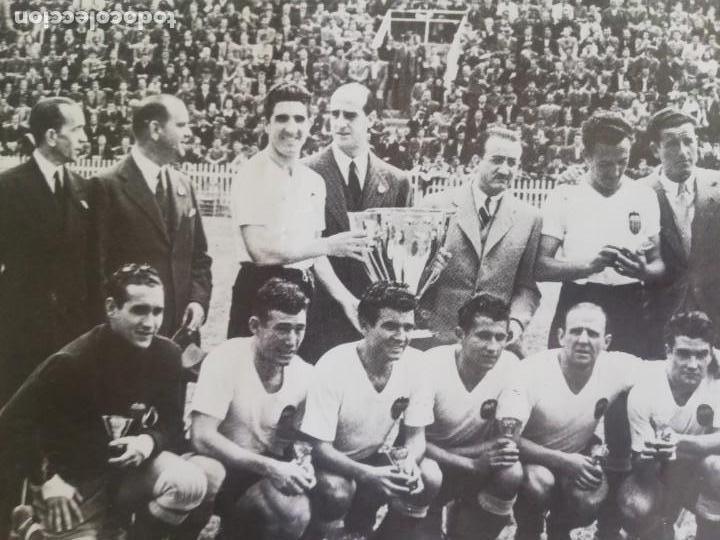 Coleccionismo de Revista Blanco y Negro: Fotografía del VCF, campeón de liga 1941 - 1942 - Foto 2 - 171149409