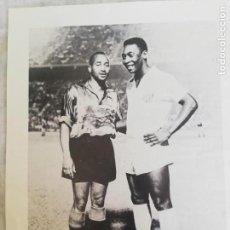 Coleccionismo de Revista Blanco y Negro: FOTOGRAFÍA DE PELE Y WALTER, PRIMER TROFEO NARANJA 1959. Lote 171150368