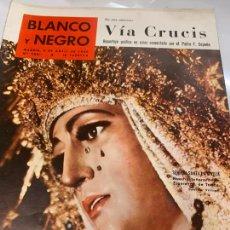 Coleccionismo de Revista Blanco y Negro: REVISTA BLANCO Y NEGRO 1960, REPORTAJES: VIS CRUCIS, FALLIDA DEL GLOBO CANARIAS, FUTBOLISTA DEL SOL,. Lote 214108777