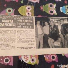 Coleccionismo de Revista Hola: ANTIGUO RECORTE REVISTA HOLA MARTA SANCHEZ DE GIRA CON SU GRUPO OLE OLE. Lote 118161079