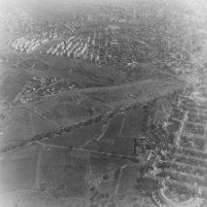Coleccionismo de Revistas y Periódicos: BARCELONA 1958 LA GUINEUETA 5 FOTOS AEREAS DIFENTES 12 X 12 CM. CON NEGATIVOS. Lote 58842276