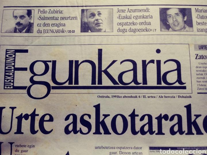 Coleccionismo de Revistas y Periódicos: Egunkaria, ejemplar especial del primer aniversario. 6/12/1991. Euskera. Vasco - Foto 2 - 117355719