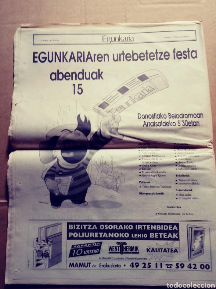 Coleccionismo de Revistas y Periódicos: Egunkaria, ejemplar especial del primer aniversario. 6/12/1991. Euskera. Vasco - Foto 3 - 117355719