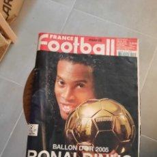 Coleccionismo de Revistas y Periódicos: REVISTA FRANCE FOOTBALL RONALDINHO BALÓN DE ORO. Lote 222639957