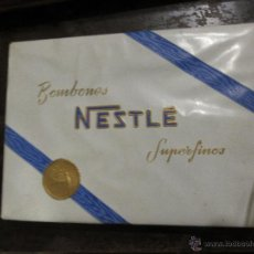 Sobres de azúcar de colección: CAJA DE BOMBONES NESTLÉ, LLENA DE AZUCARILLOS. Lote 52943214