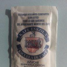 Sobres de azúcar de colección: 1 SOBRE DE AZÚCAR / AZUCARILLO LLENO - CAFÉ ESKOLA BAQUE ESCUELA DE CAFÉ - AÑOS 90 - PEDIDO MÍNIMO. Lote 206955453