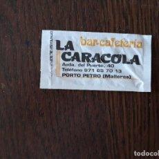 Sobres de azúcar de colección: SOBRE DE AZUCAR VACIO DE PUBLICIDAD, BAR CAFETERÍA LA CARACOLA, PORTO PETRO. MALLORCA.. Lote 218211497