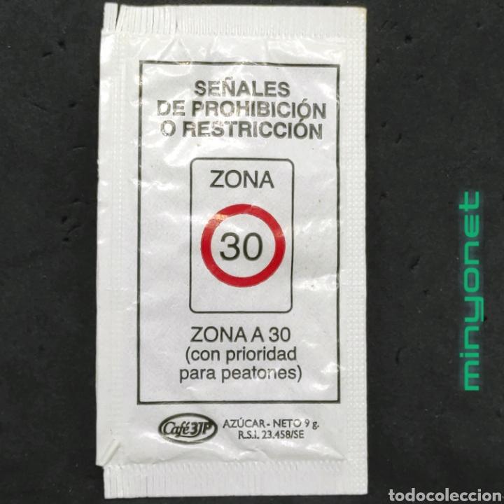 SOBRE DE AZÚCAR SERIE SEÑALES DE TRÁFICO - ZONA A 30. CAFÉS 3JP. PRODUCTOS DEL CAFE, 9 GR. (Coleccionismos - Sobres de Azúcar)