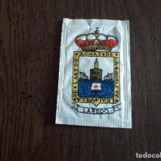 Sobres de azúcar de colección: SOBRE DE AZÚCAR VACÍO DE PUBLICIDAD, ESCUDO DE ARMAS DE LAREDO, CANTABRIA. CAFÉS DROMEDARIO.. Lote 260423240