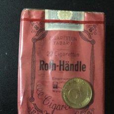 Maços de tabaco: PAQUETE ANTIGUO ROTH - HANDLE , 22 CIGARETTEN CON MONEDA 10 PFENNIG , SIN DESPRECINTAR , MUY RARO. Lote 210038005
