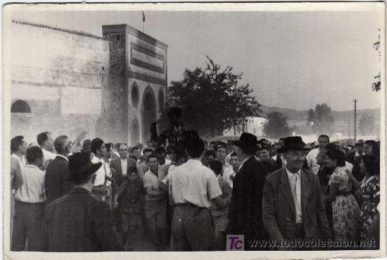 MAGNIFICA FOTOGRAFIA - MANUEL BENITEZ - EL CORDOBÉS (TORERO) - LLEVADO A HOMBROS POR SUS SEGUIDORES (Coleccionismo - Tauromaquia)