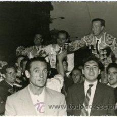 Tauromaquia: ANTONIO BIENVENIDA, APARICIO Y PEPE LUIS VÁZQUEZ SACADOS A HOMBROS DE LAS VENTAS. MADRID 18.5.1959.. Lote 29989128