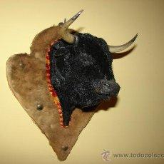 Tauromaquia: ORIGINAL FIGURA CABEZA DE TORO EN PLASTICO DURO FORRADA CON ANTE NEGRO. Lote 31338258