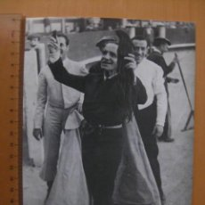 Tauromaquia: JUAN BELMONTE BRINDANDO OREJAS Y RABO. FOTOGRAFIA ARCHIVO DE PRENSA.. Lote 33209093