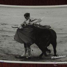 Tauromaquia: FOTOGRAFIA ORIGINAL DE MANOLETE, MANUEL RODRIGUEZ , TOROS , REVERSO CON SELLO FOTO BALDOMERO, MIDE 1. Lote 41586505