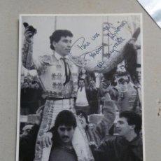Tauromaquia: IMPRESIONANTE FOTOGRAFIA DE PEPIN LIRIA EN SU DEBUT DE 1990 CON SU AUTOGRAFO.. Lote 42683875