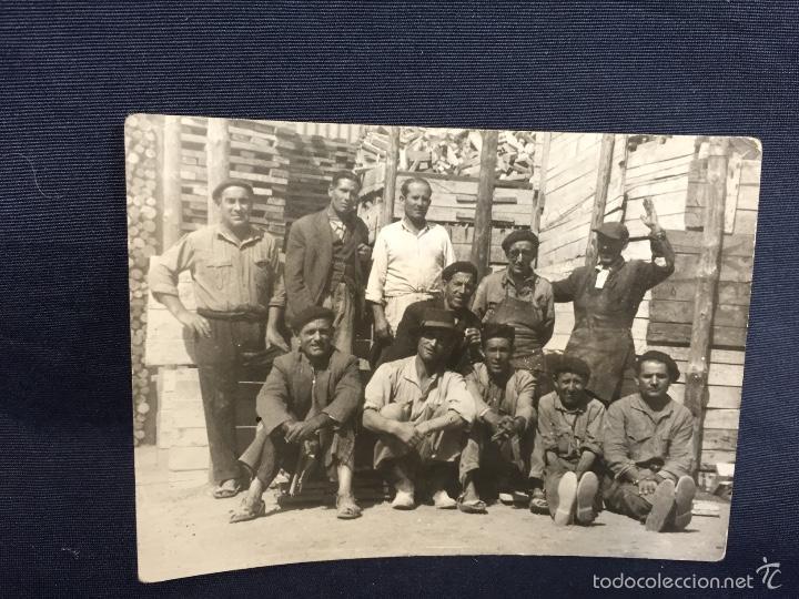FOTO VARIOS PEONES Y OFICIALES DE SIERRA EMPRESA DE SACONIA FOT MONTOYA 7,5X10,5CMS (Coleccionismo - Tauromaquia)