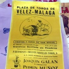 Tauromaquia: CARTEL DE TOROS EN SEDA, VELEZ-MALAGA, 1960, 15X38 CMS. Lote 80509753