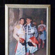 Tauromaquia: TOREROS VICENTE BARRERA Y LUÍS BLÁZQUEZ. FOTOGRAFÍA DEDICADA, FIRMADA Y ENMARCADA 41X28 CM. AÑO. Lote 90377196