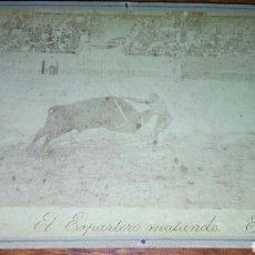 Tauromaquia: EL ESPARTERO MATANDO *ANTIGUA ALBUMINA FOTOGRAFIA ORIGINAL* TORERO. Lote 102634691