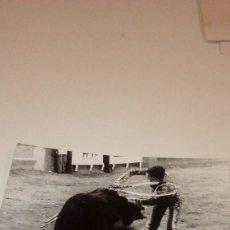 Tauromaquia: CAJ-191099 FOTO ANTIGUA TOROS TORERO ENTRANDO A MATAR. Lote 104390723