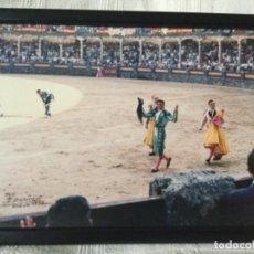 Tauromaquia: RONDA 1973, PAQUIRRI DANDO LA VUELTA AL RUEDO CON DOS OREJAS Y EL RABO. FOTO DE M. MARTIN. Lote 114183719