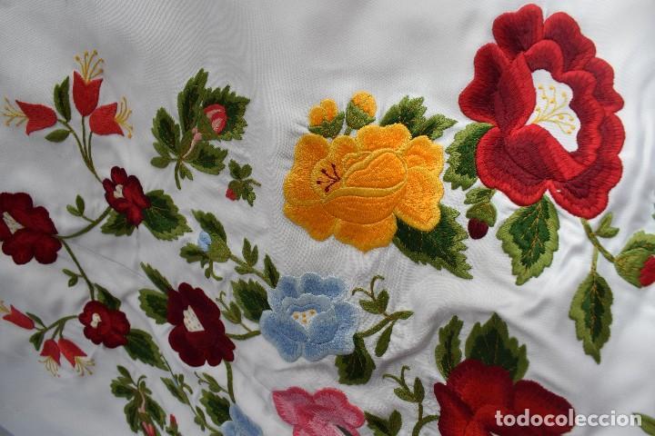 Tauromaquia: Bellísimo capote de paseo con bordado tipo mantón en blanco y violeta - Foto 4 - 114398303