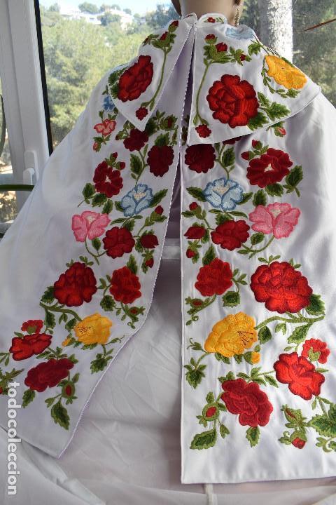Tauromaquia: Bellísimo capote de paseo con bordado tipo mantón en blanco y violeta - Foto 10 - 114398303