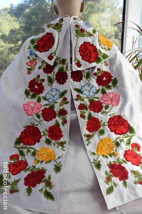 Tauromaquia: Bellísimo capote de paseo con bordado tipo mantón en blanco y violeta - Foto 6 - 114398303