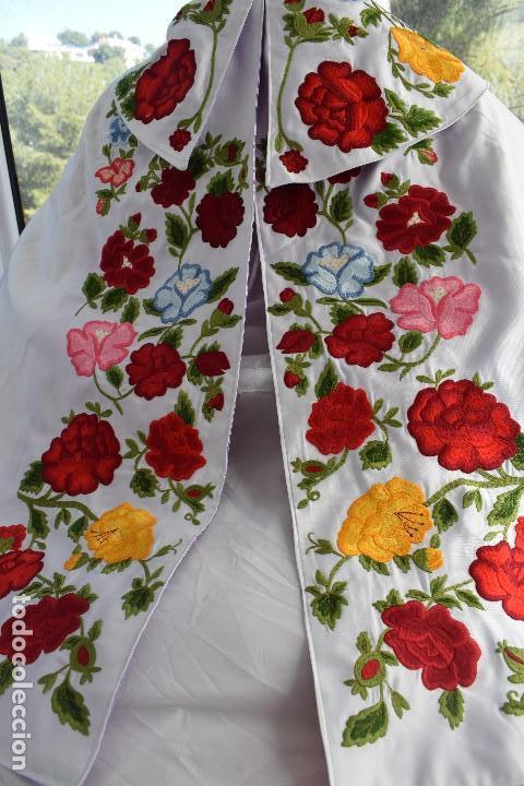 Tauromaquia: Bellísimo capote de paseo con bordado tipo mantón en blanco y violeta - Foto 14 - 114398303