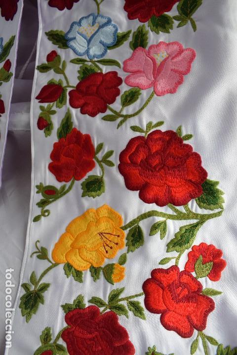 Tauromaquia: Bellísimo capote de paseo con bordado tipo mantón en blanco y violeta - Foto 11 - 114398303