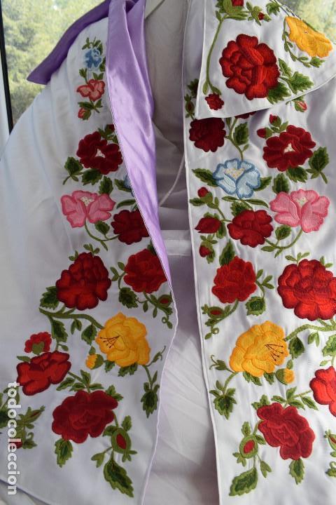 Tauromaquia: Bellísimo capote de paseo con bordado tipo mantón en blanco y violeta - Foto 13 - 114398303