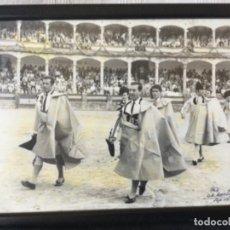 Tauromaquia: FOTO DE ANTONIO ORDÓÑEZ Y ANTONIO BIENVENIDA, PASEÍLLO EN RONDA. FOTO DE M. MARTIN SEP. 1972. Lote 192975276