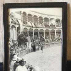 Tauromaquia: FOTO DE ANTONIO ORDÓÑEZ SOLICITANDO PERMISO A LA PRESIDENCIA EN RONDA. FOTO M. MARTIN 1957. Lote 118473443