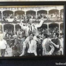 Tauromaquia: FOTO DE ANTONIO ORDÓÑEZ SALIENDO A HOMBROS DE LA PLAZA DE RONDA. Lote 118475231