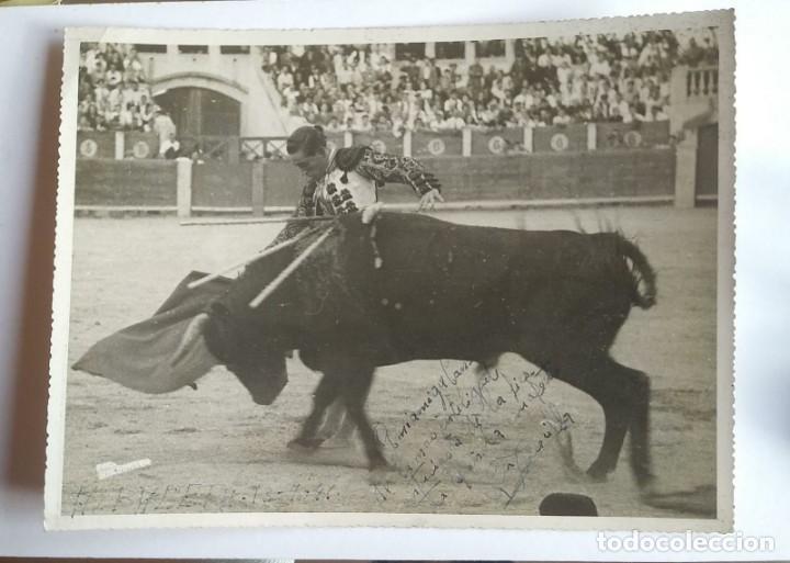 Tauromaquia: 1941 Albacete. Fotografía torero dedicada y firmada. Fotógrafo Baldomero. 18x24 cm - Foto 2 - 140744682