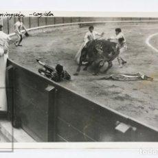 Tauromaquia: ANTIGUA FOTOGRAFÍA DE CORRIDA DE TOROS - COGIDA DE TORERO LUIS MIGUEL DOMINGUÍN - AÑOS 50-60. Lote 152277170
