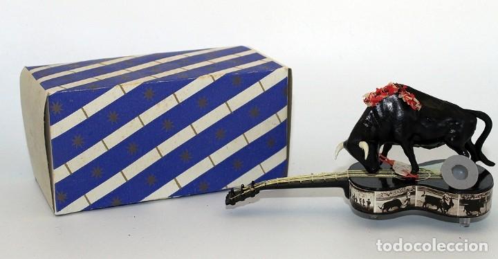 ANTIGUO SOUVENIR AÑOS 60 - TORO SOBRE GUITARRA - NUEVO Y EN SU CAJA ORIGINAL (Coleccionismo - Tauromaquia)