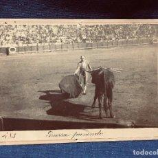Tauromaquia: FOTOGRAFÍA TORERO RAFAEL GUERRA GUERRITA PLAZA TOROS MAESTRANZA SEVILLA MULETA PPIO S XX. Lote 192437017