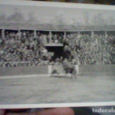Tauromaquia: EL VITI VITIGUDINO SALAMANCA 1964 PLAZA TOROS FOTO PARTICULAR BORROSA TOREANDO EN BARRERA. Lote 194981926