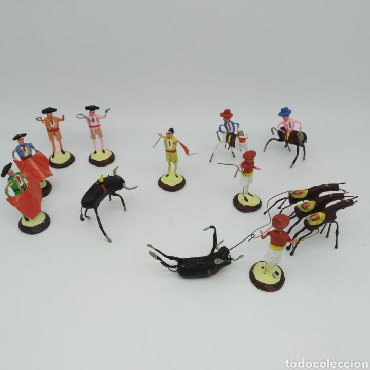 Tauromaquia: Preciosa colección taurina, figuras de barro y alambre, toreros, picadores, mulillas, años 50-60 - Foto 2 - 212177837