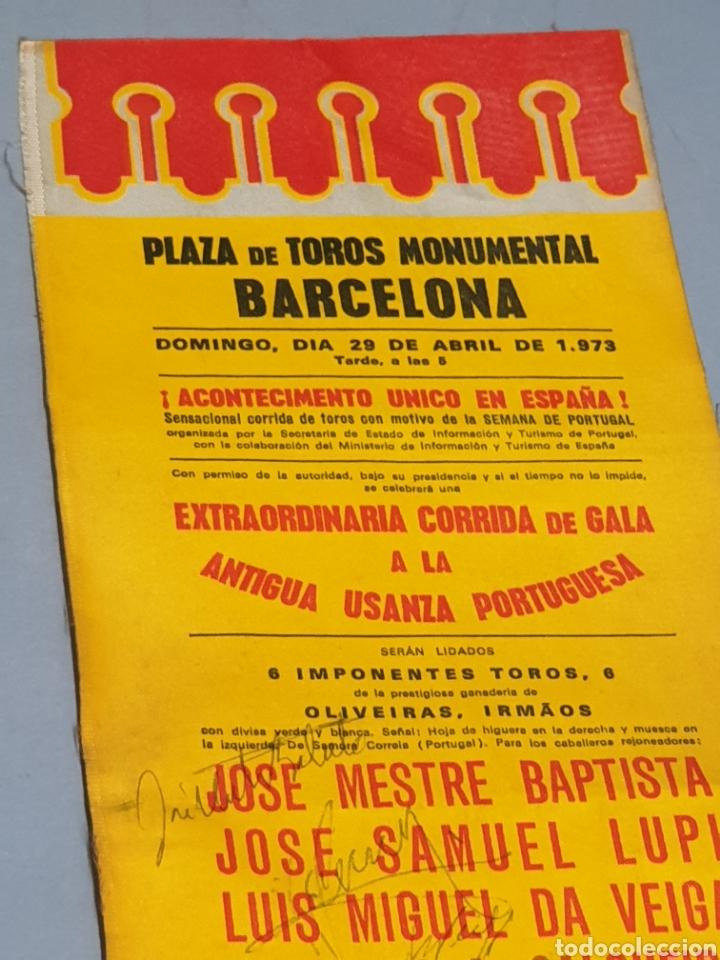 Tauromaquia: Cartel en Tela Plaza de Toros Monumental Barcelona 1973 Antigua Usanza Portuguesa con tres firmas - Foto 2 - 223714248